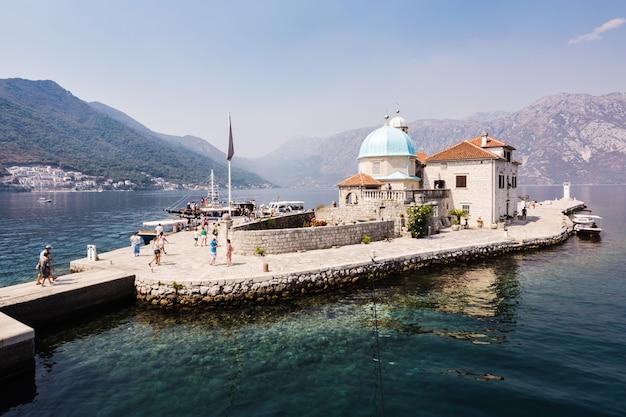 27 augustus 2017 prachtig landschap, eiland van de maagd op rif (eiland gospa od skrpela), perast, montenegro.