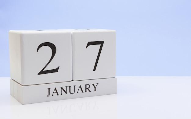 27 januari. dag 27 van de maand, dagelijkse kalender op witte tafel met reflectie