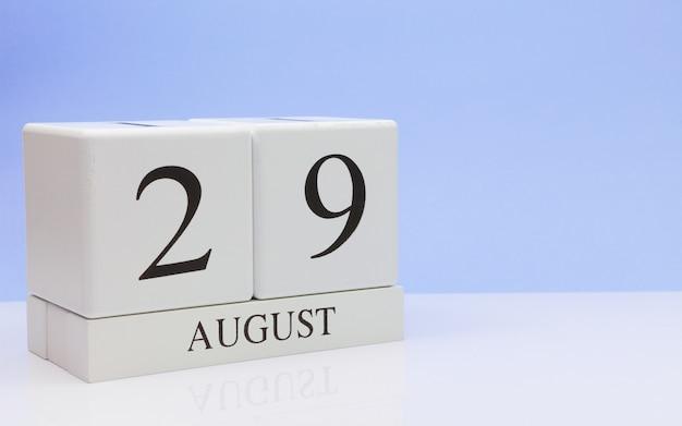 29 augustus. dag 29 van de maand, dagelijkse kalender op witte tafel