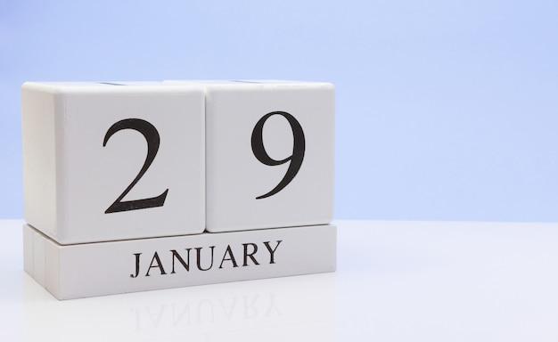29 januari. dag 29 van de maand, dagelijkse kalender op witte tafel met reflectie