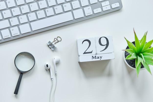 29 negenentwintigste dag mei maand kalender concept op houten blokken.