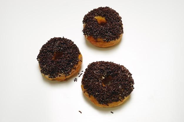 3 donut met witte geïsoleerde achtergrond