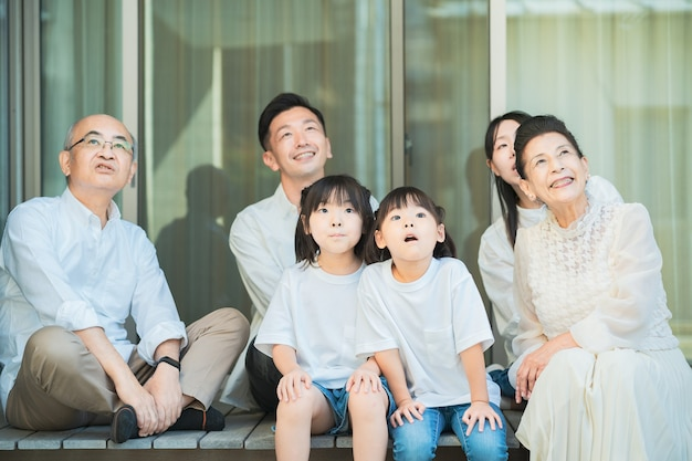 3 generatie familie ontspannen op de veranda op mooie dag