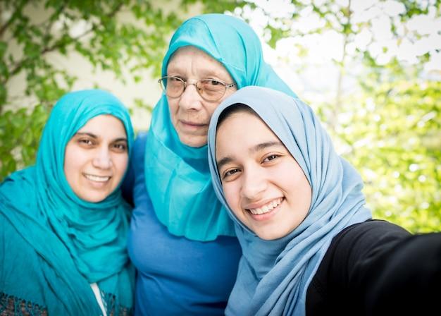 3 generaties moslimfamilie - alleen vrouwen