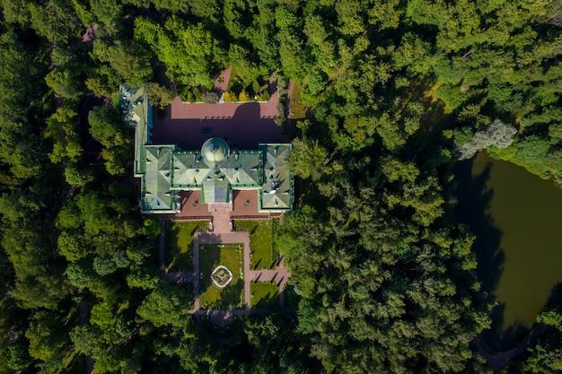 3 juni 2019 regio moskou, rusland. het voormalige oude adellijke herenhuis van lyalovo bevindt zich in het parkhotel morozovka.