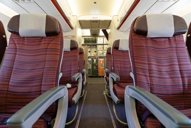 3 laatste stoelenrijen en horecagedeelte in een vliegtuigcabine.