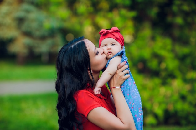3 maanden oud kind in mama's handen buitenshuis. loop eerst voor een pasgeboren baby