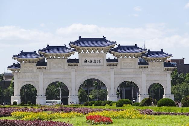 3 mei 2019: hoofdingang van de national chiang kai-shek memorial hall in taipei city, taiwan.