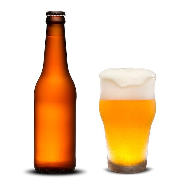 300ml droge bierflessen en glasbier met dalingen op witte achtergrond.