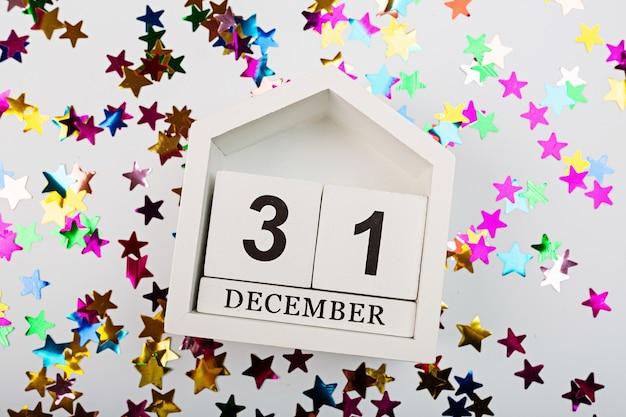 31 december kalender en kleurrijke confetti op wit. gelukkig nieuwjaar 2021 achtergrond. plat leggen, top