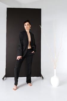 35 jaar oude vrouw in een zwart herenpak.