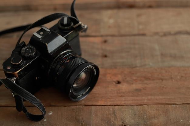 35 mm analoge camera op rustiek hout