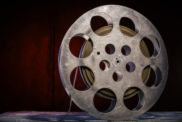 35 mm filmrol met dramatische verlichting op een donkere achtergrond