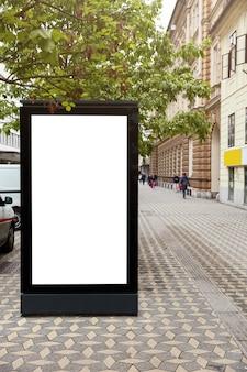 3d-afbeelding. verticaal bord met mock-up plaats voor uw advertentie tegen stadsruimte. lege reclamestandaard. openbaar informatiebord over stedelijke omgeving. display doos. stadsgezicht