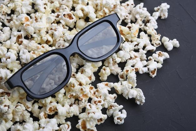 3d-bril en popcorn op tafel. bovenaanzicht.