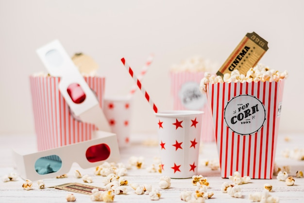 3d bril; wegwerpbeker met rietje; bioscoopkaartje en popcorns