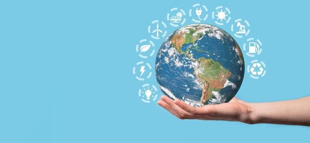 3d earth planet globe in man, vrouw hand, handen Premium Foto