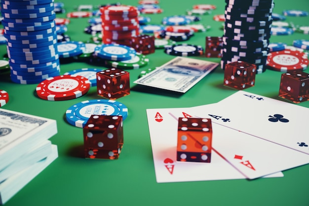 3d illustratie casinospel. chips, speelkaarten voor poker. pokerfiches, rode dobbelstenen en geld op groene tafel. online casino concept.