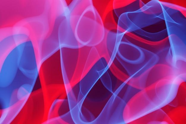 3d illustratie rood en blauw abstract rookwolkpatroon op een zwarte geïsoleerde achtergrond