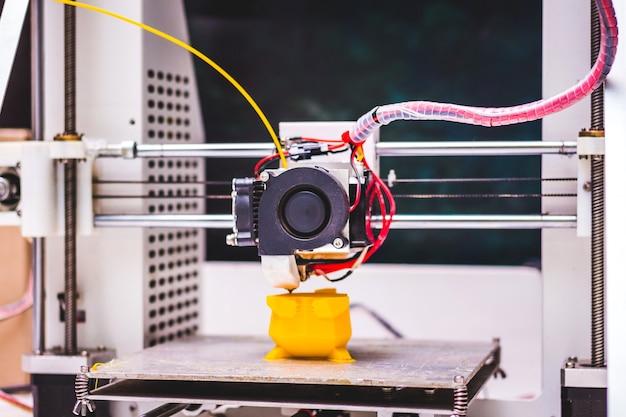 3d-printer aan het werk het maken van een plastic stuk speelgoed op een d-printer