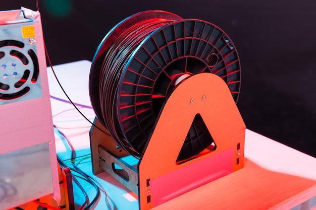 3d-printer werkt en drukt plastic prototype af.