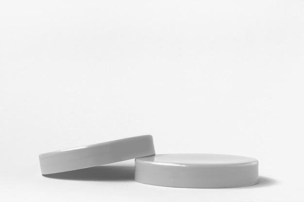 3d render grijze sokkels podium voor cosmetica product op witte achtergrond
