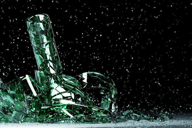 3d render van een gebroken groen bier een fles met veel fragmenten die in verschillende richtingen vliegen op een zwarte achtergrond.