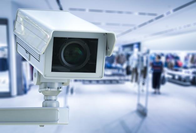 3d-rendering cctv-camera of beveiligingscamera op winkel wazig achtergrond
