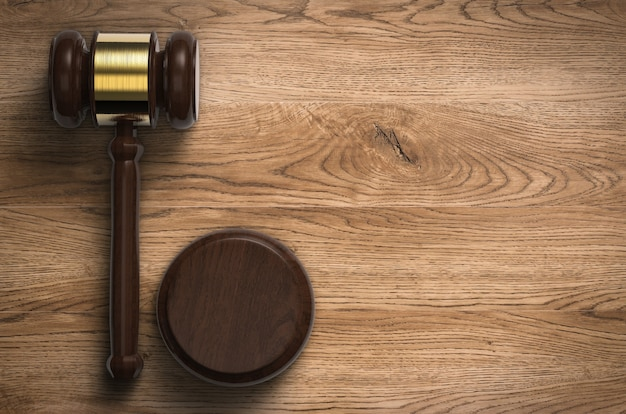 3d-rendering hamer rechter op houten achtergrond