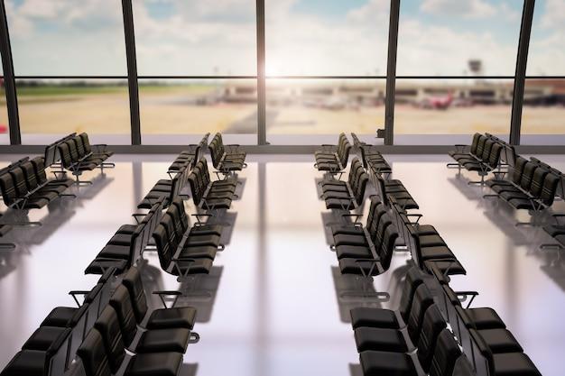 3d-rendering luchthaventerminal met glazen ramen en lege stoelen