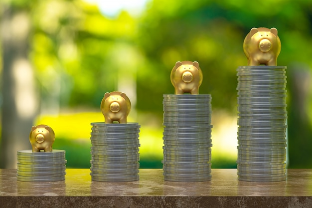 3d-rendering, munt met een piggy goud, besparing opgroeien voor zakelijke en financiële concept idee, munt op hout en boom bokeh achtergrond selectieve lege kopie ruimte voor promotie sociale media banners
