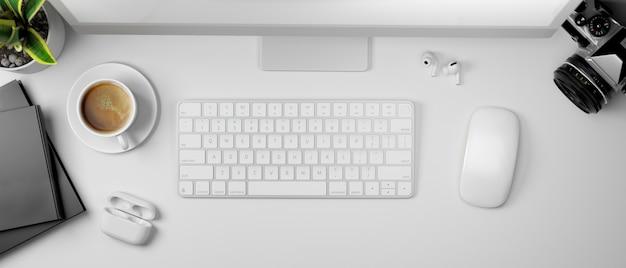 3d rendering witte computer tafel met koffiekopje camera en benodigdheden bovenaanzicht 3d illustratie
