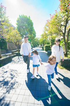 4 gezinsleden wandelen in groen straatje