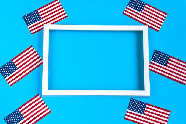 4 juli achtergrond met wit frame op blauw en usa vlaggen