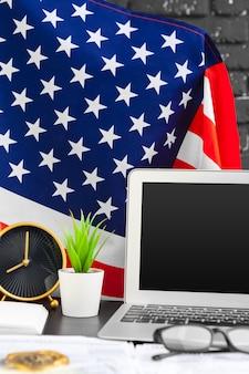4 juli amerikaanse onafhankelijkheidsdag vs vlaggen decoraties in kantoor met computer