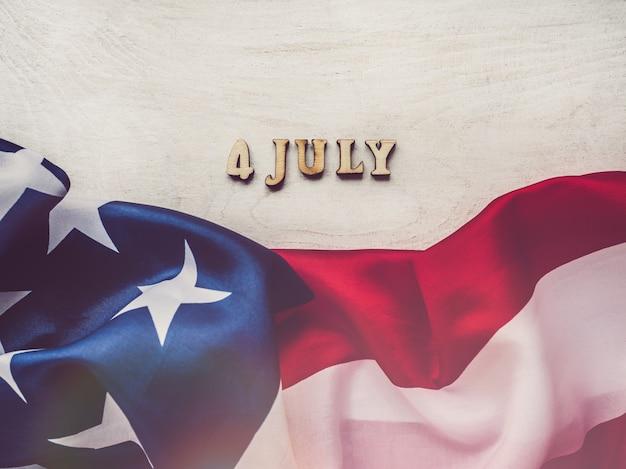 4 juli. amerikaanse vlag en houten letters