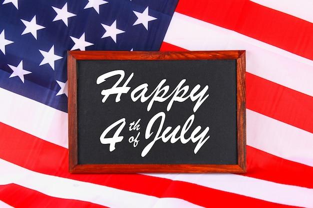 4 juli happy independence day tekst op de vlag van de verenigde staten van amerika.