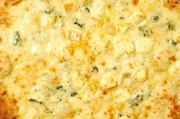 4 kaas pizza met witte saus en knapperige zijkanten, geïsoleerd op een witte achtergrond