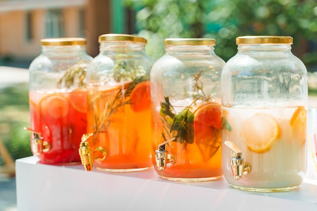 4 limonade dispensers met fruit