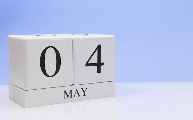 4 mei. dag 4 van de maand, dagelijkse kalender op witte tafel