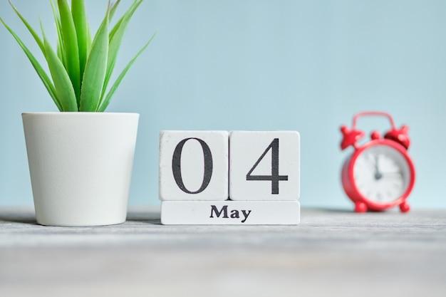 4 vierde maand maand kalender concept op houten blokken.