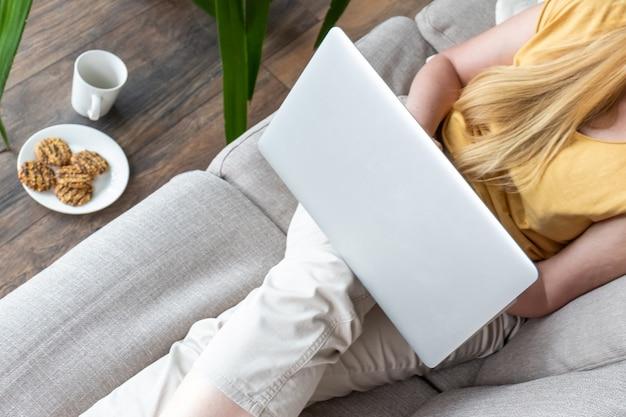 40 50 plus vrouw middelbare leeftijd blonde kleding geel groen laptop online bankkamer