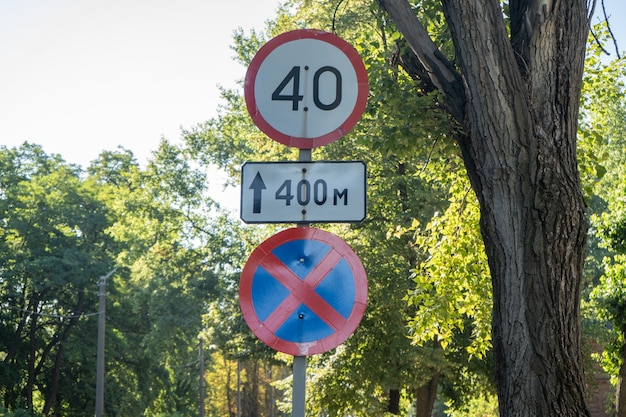 40 maximumsnelheid verkeersbord in een stad