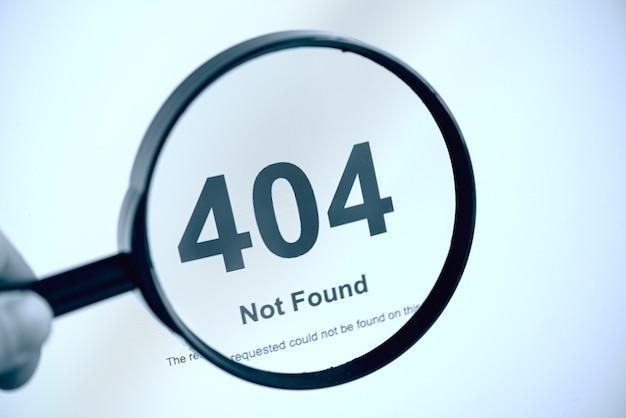 404 error internetpagina niet gevonden, hand met vergrootglas, concept foto