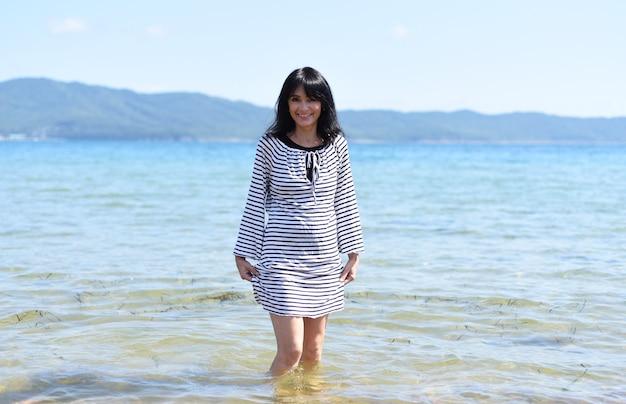 45 jaar oude russische vrouw die lacht en staat in de japanse zee