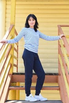 45 jaar oude russische vrouw die zich voordeed op trappen