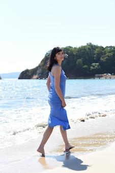 45 jaar oude russische vrouw loopt op het strand van de japanse zee