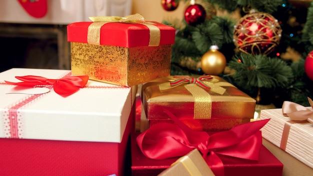 4k-beelden van camera die beweegt van grote stapel kerstcadeaus en prachtig versierde kerstboom. perfecte foto voor uw wintervakanties en vieringen
