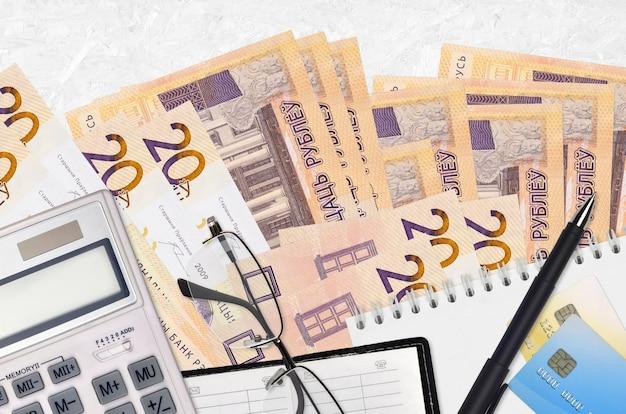 5 canadese dollars rekeningen ventilator en rekenmachine met bril en pen