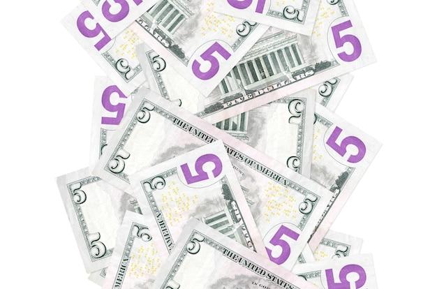 5 dollarbiljetten vliegen naar beneden geïsoleerd. veel bankbiljetten vallen met witte kopie ruimte aan de linker- en rechterkant